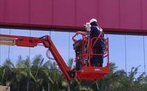 Diretor limpa fachada de 13m