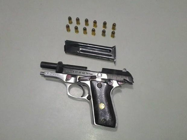 Policiais apreenderam uma pistola com o suspeito (Foto: Tenente Floristan Ferreira/Polícia Militar)