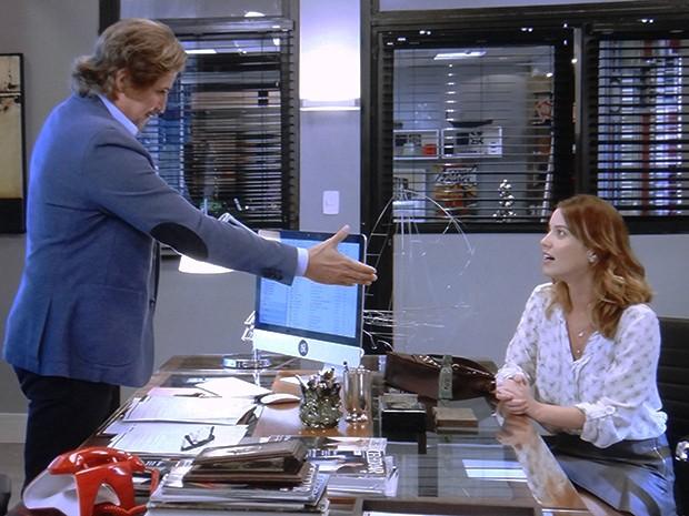 Laura recebe proposta para trabalhar com Marcelo (Foto: TV Globo)