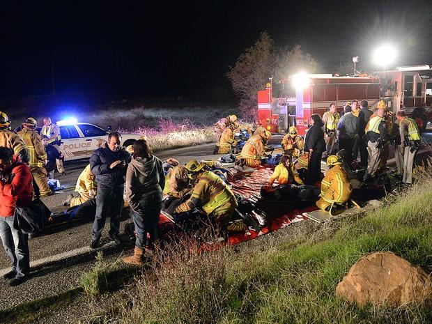 Bombeiros e policiais resgatam vítimas de acidente (Foto: AP Photo / The Sun, Rick Sforza)