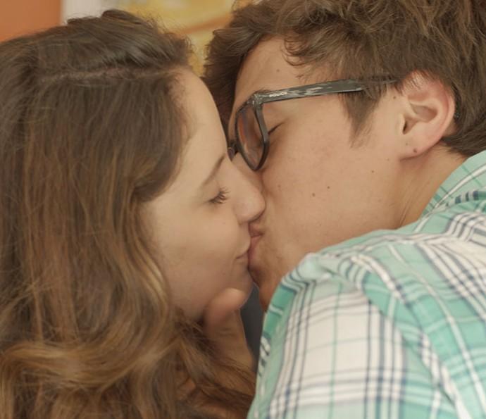 Filipe beija Nanda depois de cena de ciúmes da gata (Foto: TV Globo)