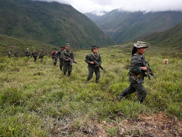 Membros da 51ª frente das Forças Armadas Revolucionária da Colômbia (Farc) patrulham uma região remota da Colombia  (Foto: John Vizcaino/Reuters)
