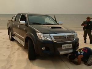 Carro estava as margens da praia do Cajutuba (Foto: Divulgação/Polícia Civil de Belterra)