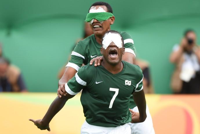 Descrição da imagem: Jefinho e Nonato sorriem e festejam gol de empate do Brasil (Foto: André Durão)