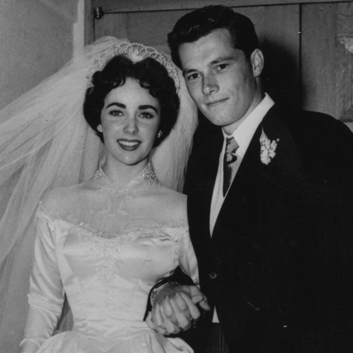 """A estrela Elizabeth Taylor (1932-2011) tinha 18 anos quando se casou com o empresário Conrad Hilton Jr. (1926-1969), tio-avô de Paris Hilton, em maio de 1950. Eles tiveram uma lua de mel de três meses, mas o casamento só durou 205 dias. Liz Taylor pediu o divórcio alegando como causa """"crueldade mental extrema"""". (Foto: Getty Images)"""