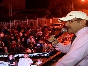 Fiéis protestam contra ação do MP que multa igreja em R$ 50 mil, em Catalão, Goiás (Foto: Reprodução/TV Anhanguera)