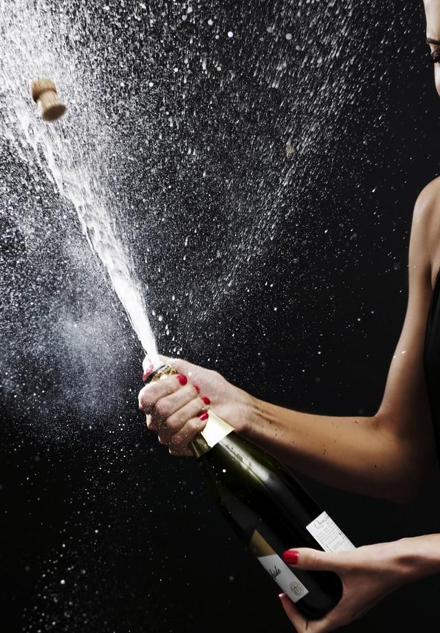 Mulher estoura champanhe (Foto: Divulgação)