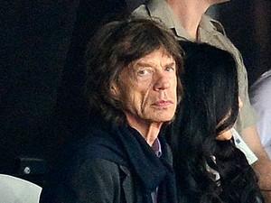 Com fama de pé frio, Mick Jagger assiste as provas de atletismo com o filho Lucas (Foto: AFP)
