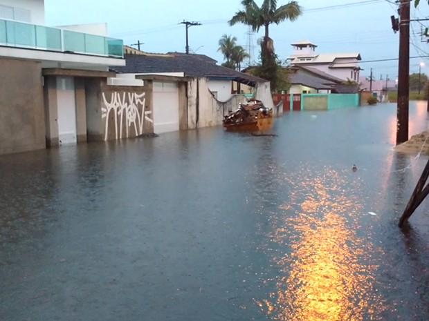 Rua Jaime de Castro ficou coberta de água em Itanhaém (Foto: Jorge Henrique/VC no G1)