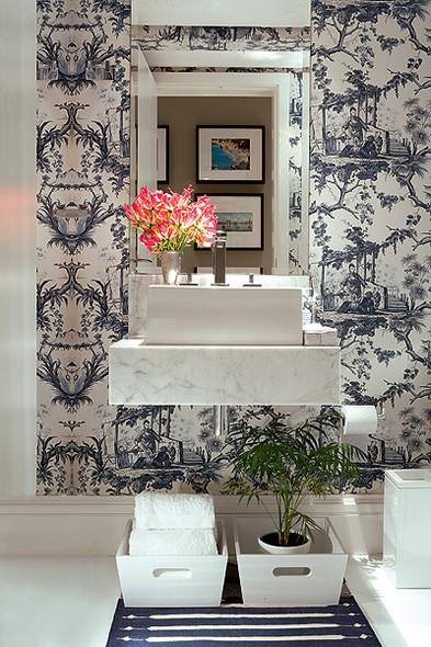 No apartamento do empresário André Almada, o lavabo foi forrado com tecido oriental. Nichos com prateleiras expõem velas, perfumes e o coelho Sem Vergonha, de resina polida, à venda na Coletivo Amor de Madre