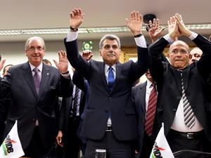 O presidente da câmara Eduardo Cunha, o senador Romero Jucá e o ex-ministro da Aviação Civil Eliseu Padilha comemoram após rompimento do PMDB com o governo na sede do partido em Brasília (Foto: Evaristo Sa/AFP)