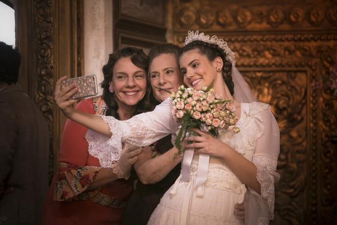 Camila Queiroz registra uma selfie com Rosi Campos e Elizabeth Savala em seu último dia de gravação (Foto: Raphael Dias / Gshow)