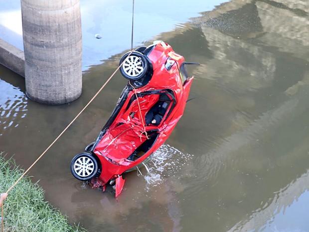 Carro é retirado de rio na divisa entre o DF e Goiás; motorista morreu e passageiro se salvou após acidente neste sábado (30) (Foto: Corpo de Bombeiros-DF/Divulgação)