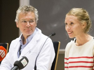 Silje Lehne Michalsen fala com jornalistas após ser considerada curada do ebola  (Foto: Torstein Boe/AFP)