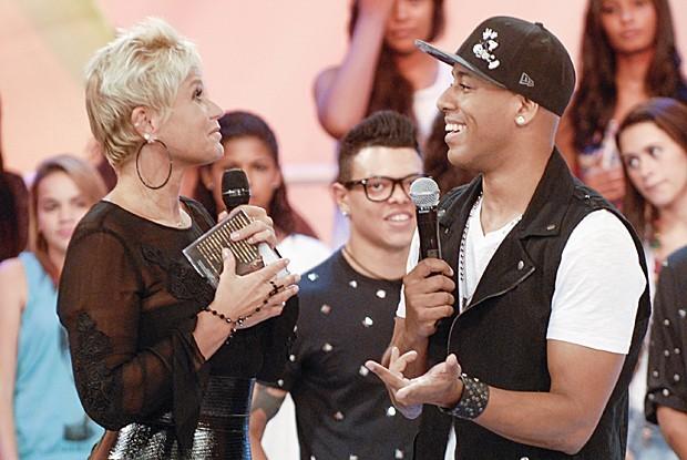 Xuxa recebe MC Koringa no palco do programa deste sábado (Foto: Divulgação/ TV Globo)