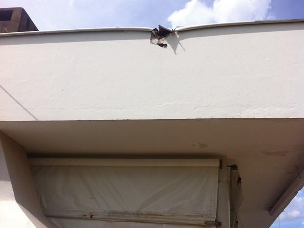 Objeto atingiu parte do telhado do clube em Andradina (Foto: Thais Luquesi / TV TEM)