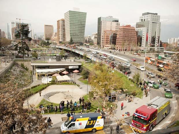 Vista da estação da metrô Escuela Militar e de galerias comerciais em Santiago mostra equipes de emergência e polícia trabalhando no local em que um artefato explodiu nesta segunda (8) (Foto: AFP PHOTO/SERGIO PINA)