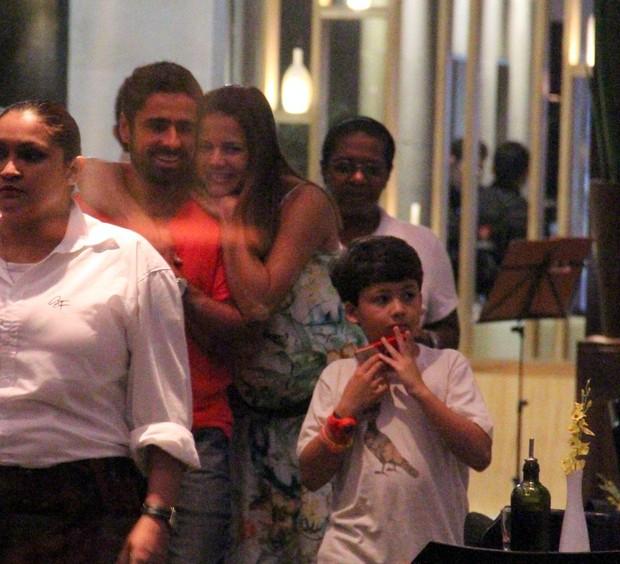 Nivea Stelmann com a família (Foto: Marcus Pavão/agnews)