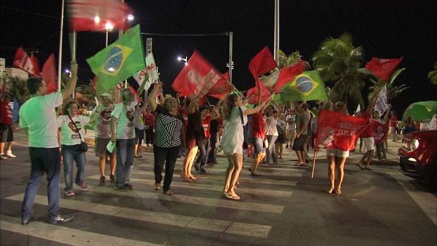 """Um grupo de cerca de manifestantes realizou nesta quarta-feira um """"bandeiraço"""" contra o impeachment  (Foto: G1)"""