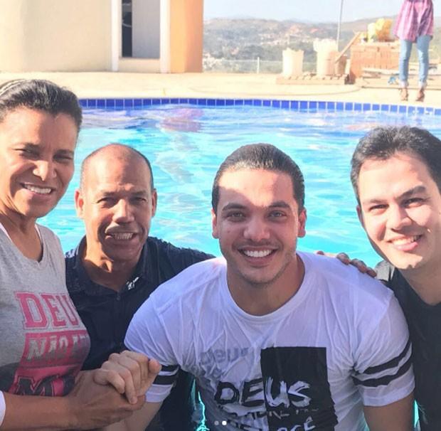 Wesley Safadão, após ser batizado, com os membros da igreja (Foto: Reprodução)