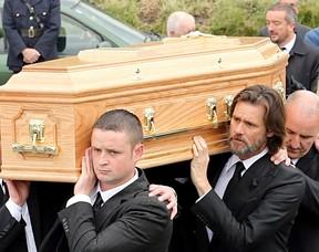 Jim Carrey carrega o caixão de sua ex-namorada, Cathriona White (Foto: AKM GSI)