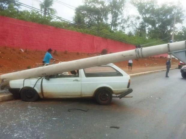 Fios do poste não chegaram a ser arrebentados (Foto: Divulgação / Corpo de Bombeiros)