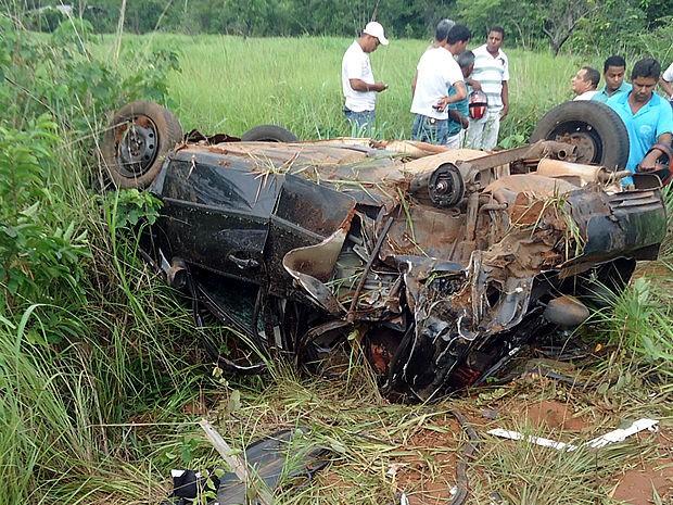 Segundo a PM, grávida foi arremessada a 30 metros de distância após veículo capotar (Foto: PM-MT)