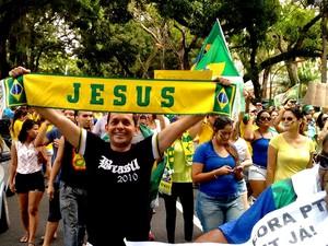 """professor Ronaldo Pinheiro carregava uma faixa escrita """"Jesus"""" (Foto: Alexandre Yuri/ G1)"""