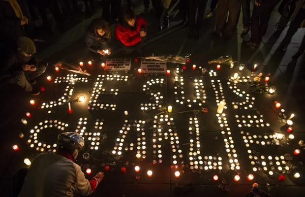 Em Paris, milhares de pessoas se reuniram na Praça da República, próxima do local do atentado, para homenagear as vítimas (Foto: IAN LANGSDON/EFE)