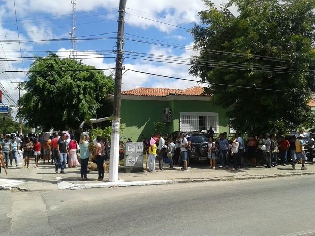 A fila formada em frente ao prédio da DPE chegou a dobrar a esquina (Foto: Luis Vitor Melo/Arquivo Pessoal)