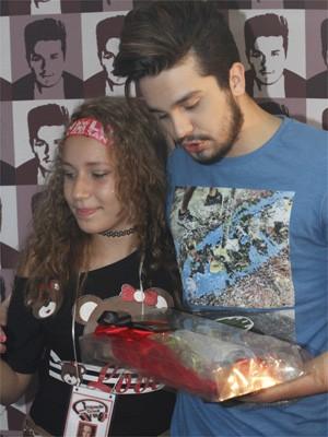 Luan Santana recebe fã que fez carta de amor gigante do rodeio de Jaguariúna (Foto: Felipe Albertoni)
