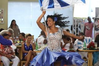 Selminha Sorriso samba em gravação de programa de carnaval (Foto: Clayton Militão e Marcello Sá Barreto / Photo Rio News)