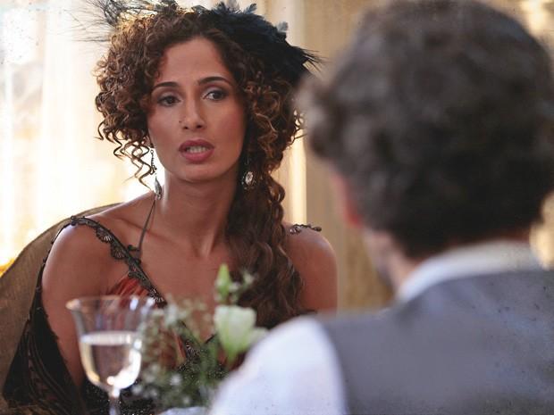 Isabel dá entrevista a Guerra e tenta combater o preconceito (Foto: Lado a Lado/TV Globo)