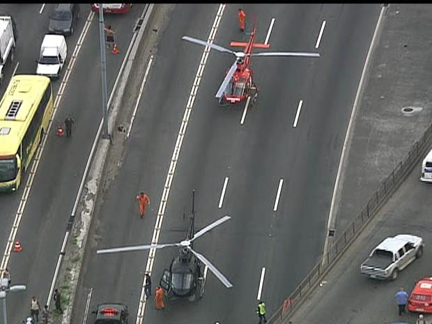 Helicópteros pousaram no viaduto para socorrer as vítimas da queda do ônibus (Foto: Reprodução / TV Globo)