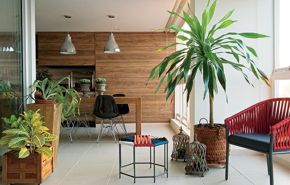 Para liberar o espaço no living do apartamento na Aclimação, em São Paulo, a