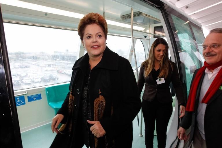 A presidente Dilma Rousseff inaugura primeiro aeromóvel do país em Porto Alegre (RS), que ligará o Aeroporto Internacional Salgado Filho à estação mais próxima de metrô com acesso ao centro da capital