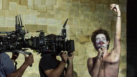 Maurício Destri relata entrega em cena performática de Leon: 'Medo com felicidade e plenitude'