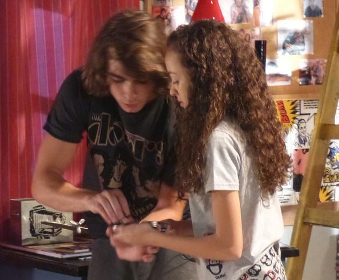 Pedro e Tomtom pintam o cabelo de Karina (Foto: Bel Bonotto/Gshow)
