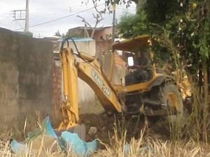 Uma retroescavadeira foi utilizada na busca do corpo que não foi encontrado. (Foto: Divulgação/PM)