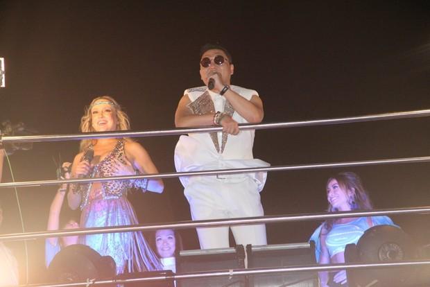 Psy e Claudia Leitte se apresentam no trio em Salvador (Foto: Dilson Silva / AgNews)
