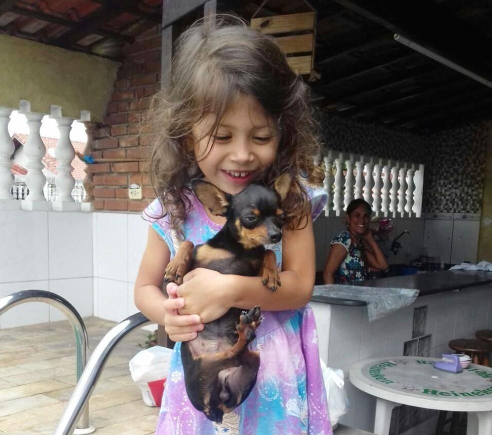 Ayla, de 4 anos, ficou 'radiante' com a volta de Jully (Foto: Arquivo Pessoal)
