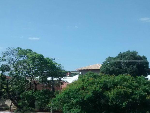 Céu com poucas nuvens na tarde deste domingo em Campo Grande (Foto: Juliene Katayama/G1 MS)