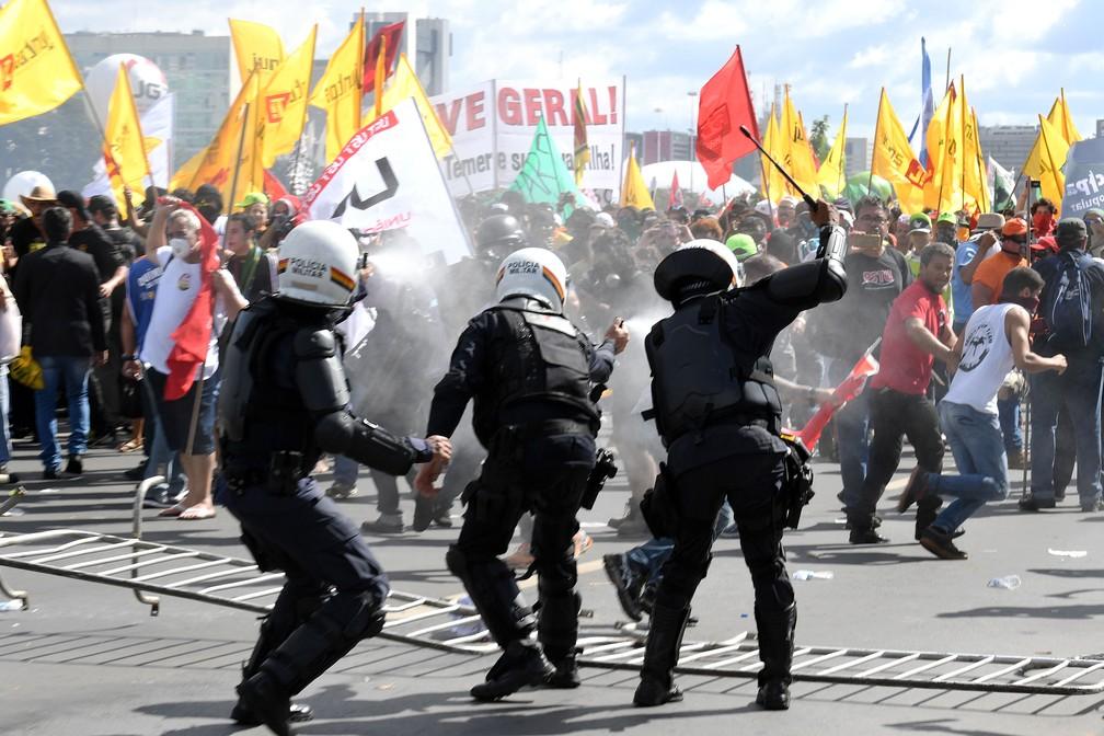 Manifestantes entram em choque com a polícia durante protesto contra o governo do presidente Michel Temer, em Brasília (Foto: Evaristo Sa/AFP)