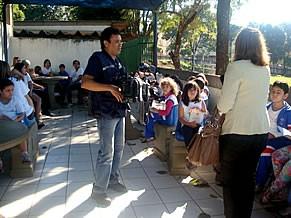 Alunos com seus pais na praça de leitura da escola (Foto: Divulgação)