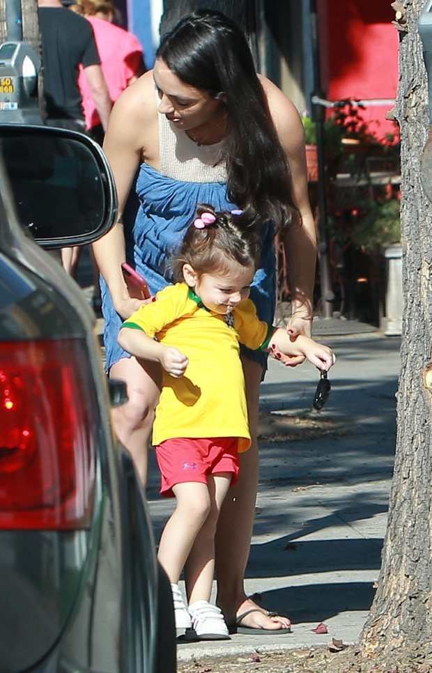 Mila Kunis e Wyatt (Foto: Grosby Group)