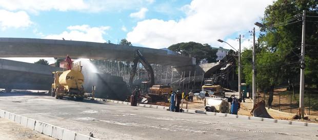 Máquinas e operários trabalham na demolição de viaduto na Avenida Pedro I, em Belo Horizonte. (Foto: Pedro Ângelo/ G1)