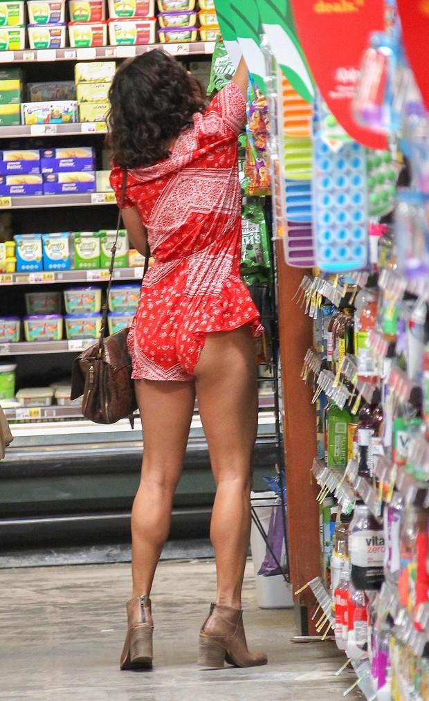Vanessa Hudgens faz compras em mercado em Los Angeles, nos Estados Unidos (Foto: Grosby Group/ Agência)