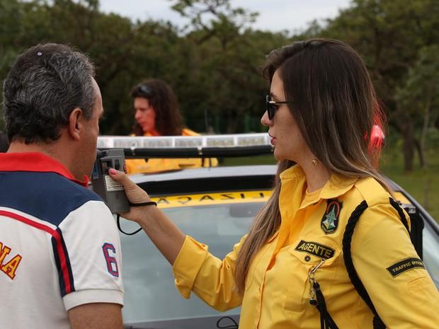 Motorista assopra bafômetro em blitz do Detran no DF (Foto: Tony Winston/Agência Brasília)