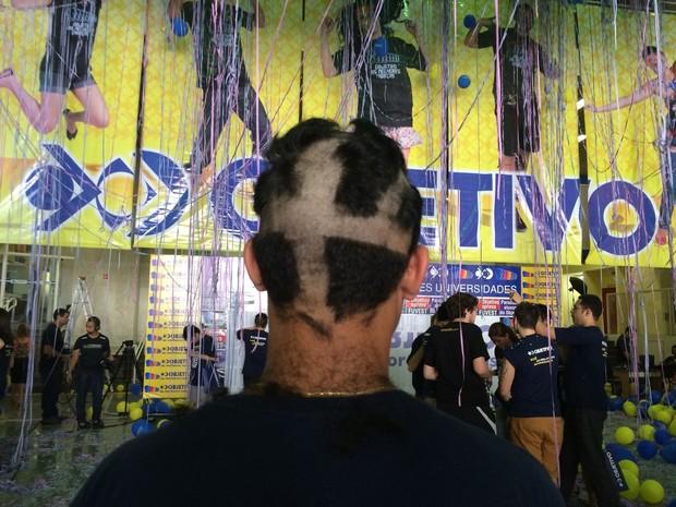 Aluno aprovado na Fuvest tem o cabelo cortado (Foto: Laura Lewer/ G1)