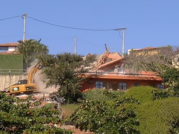 As três mansões foram demolidas nesta quarta-feira (23) (Foto: Reprodução/Inter Tv)